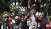 Para pemuda Papua meminta Presiden Jokowi menangkap aparat yang bertindak rasialisme, mengecam penangkapan mahasiswa Papua di Surabaya, hingga menutup Freeport. (CNNIndonesia/Safir Makki)
