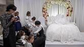 Putra seorang Rabbi dari dinasti Nadvorna Hasidic akan melangsungkan pernikahannya dengan seorang wanita bernama Hannah Halbershtam.Sederet ritual upacara mewarnai pernikahan ala kaum Yahudi Ortodoks, termasuk di antaranya menari semalam suntuk. (AP Photo/Oded Balilty)