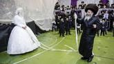 Prosesi pemberkatan di bawahhuppahjuga umumnya akan menarik perhatian banyak orang untuk turut menyaksikan upacara.(AP Photo/Oded Balilty)