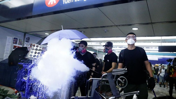 Polisi menggunakan meriam air (water cannon) untuk membubarkan para pengunjuk rasa.