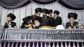 Yahudi Ortodoks mengisi sekitar 8,5 persen populasi penduduk Israel. Mereka umumnya mematuhi segala pedoman yang berlaku, termasuk di antaranya upacara pernikahan hingga tata cara berpakaian.(AP Photo/Oded Balilty)