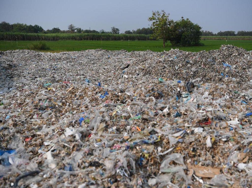 Tumpukan sampah impor yang berada di Desa Bangun, Mojokerto, Jawa Timur ini dijadikan sebagian besar warganya sebagai sumber penghasilan.