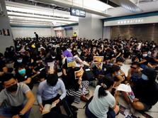 Hong Kong Membara Lagi, Pendemo Bentrok Lumpuhkan MRT