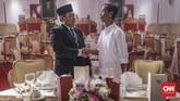 Aktor mirip mantan presiden Susilo Bambang Yudhoyono (SBY) dan aktor mirip presiden Joko Widodo (Jokowi) saling bersalaman di depan karya instalasi meja makan istana yang tersaji dalam pameran Festival Indonesia Maju di Plaza Sudirman, Gelora Bung Karno, Jakarta, 22 Agustus 2019. (CNN Indonesia/Bisma Septalisma)