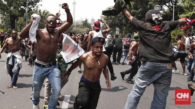 Ratusan pemuda dan mahasiswa asal papua itu tergabung dalam Aliansi Mahasiswa Anti Rasisme, Kapitalisme, Kolonialisme dan Militerisme menggelar aksi dengan bertelanjang dada. CNNIndonesia/Safir Makki