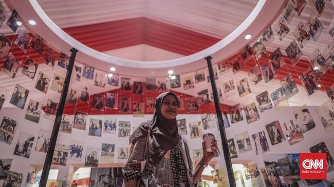 Berbagai karya foto yang menunjukkan suasana di Istana Kepresidenan pada setiap era kepresidenan ditampilkan dalam pameran yang dibuka pukul 10.00-20.00 WIB, 22-25 Agustus 2019. (CNN Indonesia/Bisma Septalisma)