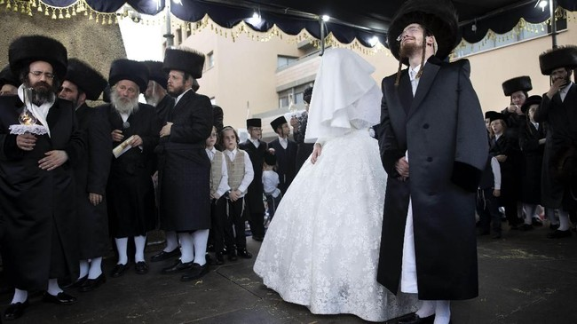Upacarapernikahan kaum Yahudi Ortodoks akan melalui berbagai tahap. Mengutip Times of Israel, salah satunya adalah tahap pemberkatan yang dilakukan di bawah kanopi berbahan kain yang dikenal dengan nama 'huppah'.(AP Photo/Oded Balilty)