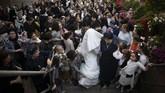 Upacara pernikahan memang menjadi sorotan terbesar bagi kaum Yahudi Ortodoks. Apalagi jika yang menikah adalah anggota keluarga dari seseorang yang dianggap terhormat dalam komunitas. Upacara pernikahan akan berubah jadi tontonan publik.(AP Photo/Oded Balilty)
