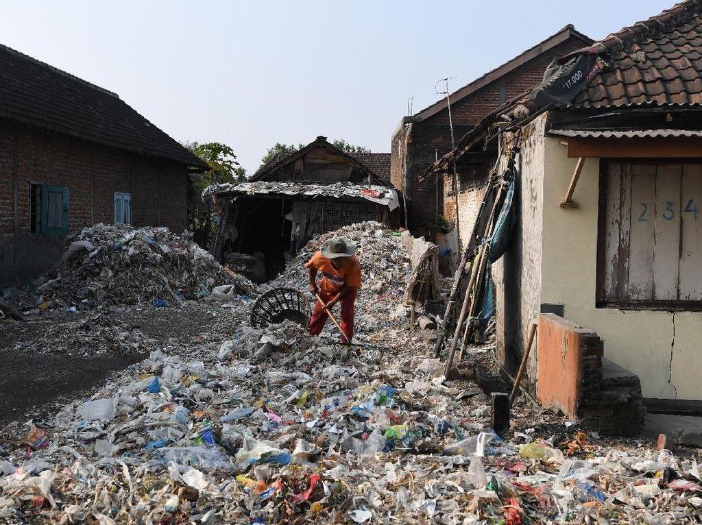 Warga mengais ditumpukan sampah, mencari sampah plastik untuk diuangkan ke pabrik sebagai bahan baku plastik daur ulang.