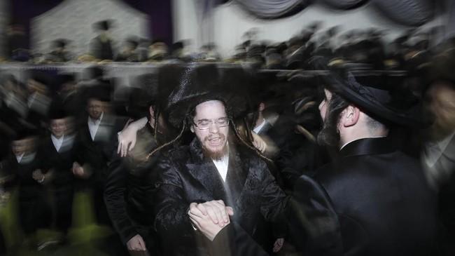 Yang paling menjadi perhatian publik adalah prosesi Mitzvah Tantz. Nama terakhir merupakan momen di mana anggota keluarga dan Rabbi turun untuk menari di depan pengantin wanita. (AP Photo/Oded Balilty)