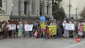 VIDEO: Ratusan Orang di Ukraina Demo Tolak Vaksinasi Anak