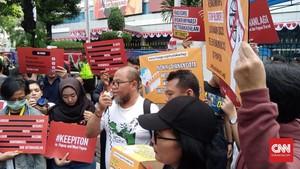 Gelar Aksi, Massa Serahkan Somasi Buka Akses Internet Papua