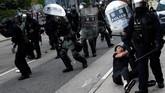 Polisi Hong Kong mengamankan pedemo yang melakukan aksi ricuh. Polisi sempat menembakkan gas air mata dan memukul mundur pedemo dengan alat pentung.REUTERS/Kai Pfaffenbach