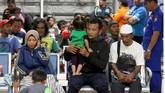 Sejumlah korban kapal terbakar KM Santika Nusantara beristirahat di Gapura Surya Nusantara, Pelabuhan Tanjung Perak, Surabaya, Jawa Timur, Jumat (23/8/2019) malam. Sekitar 64 orang penumpang KM Santika Nusantara dievakuasi ke kapal KM Dharma Ferry VII yang sedang melintas. ANTARA FOTO/Didik Suhartono