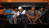 Sejumlah korban kapal terbakar KM Santika Nusantara dinaikkan mobil patroli menuju Gapura Surya Nusantara setelah turun dari KM Dharma Ferry VII yang bersandar di dermaga Jamrud Utara, Pelabuhan Tanjung Perak, Surabaya, Jawa Timur, Jumat (23/8/2019) malam. ANTARA FOTO/Didik Suhartono