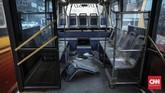 Kondisi di dalam armada bus Transjakarta yang sudah tak lagi digunakan. Transjakarta memiliki lintasan terpanjang di dunia (251 km), serta memiliki 260 halte yang tersebar di 13 koridor. CNN Indonesia/Bisma Septalisma