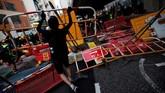 Sejumlah fasilitas umum rusak akibat kericuhan yang terjadi di Hong Kong, Sabtu (24/8). (REUTERS/Willy Kurniawan)