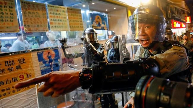 Polisi Hong Kong masih terus melakukan pengawalan ketat kepada ribuan masyarakat yang turun ke jalan. (REUTERS/Kai Pfaffenbach)