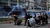 Aksi ini bertepatan dengan pembebasan staf Konsulat Inggris Simon Cheng oleh Kepolisian China pada Sabtu (24/8). (REUTERS/Tyrone Siu)