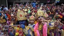 FOTO: Umat Hindu Peringati Kelahiran Dewa Krishna
