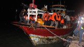 Korban KM Santika Nusantara yang terbakar turun dari perahu nelayan yang membawanya di Pelabuhan Kalianget, Sumenep, Jawa Timur. Jumat (23/8). Tiga penumpang dikabarkan meninggal dunia. ANTARA FOTO/Polres Sumenep