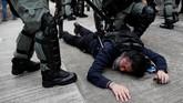 Polisi mengamankan pedemo, dan melakukan penahanan. Hingga Sabtu (24/8) sore waktu setempat, para demonstran masih melakukan aksinya. REUTERS/Tyrone Siu