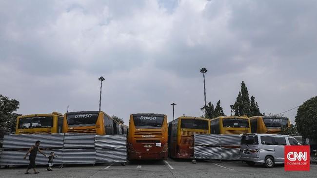 Transjakarta menjadi alternatif transportasi pilihan warga ketika hari libur tiba. Peningkatan penumpang tercatat signifikan di jalur-jalur wisata DKI tiap akhir pekan. CNN Indonesia/Bisma Septalisma