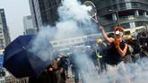 Para pedemo tetap bertahan dengan melempar balik gas air mata. Batu dan barang-barang lainnya ikut dilempar para pemrotes pemerintah. REUTERS/Tyrone Siu