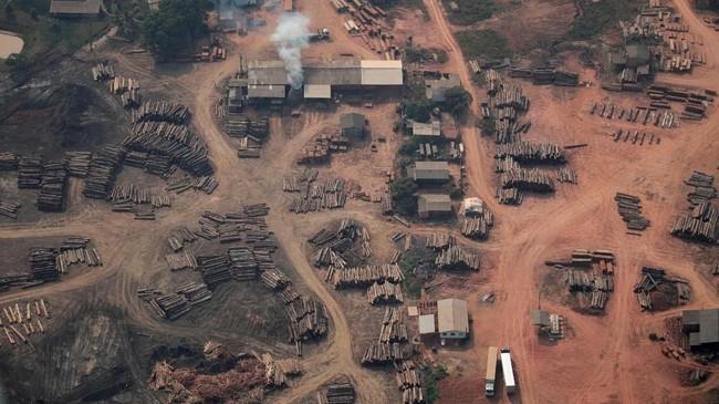 Sejumlah area di sekitar hunian suku Mura menjadi lokasi amukan si jago merah. (REUTERS/Ueslei Marcelino TPX IMAGES OF THE DAY)