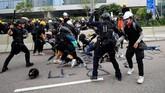 Demonstran yang berada di garis terdepan membentuk barikade yang terdiri dari pembatas jalan dan tiang-tiang bambu. (REUTERS/Kai Pfaffenbach)