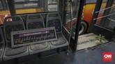 Kondisi di dalam armada bus Transjakarta yang sudah tidak digunakan terparkir di Terminal Pulogadung, Jakarta Timur, Sabtu, 24 Agustus 2019. Keberadaan Transjakarta menjadi pilihan terbaik, ketika Pemprov DKI Jakarta memberlakukan perluasan ganjil genap di sejumlah ruas ibu kota. CNN Indonesia/Bisma Septalisma