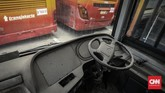 Kondisi di dalam Bus Transjakarta yang sudah tidak digunakan. Polusi udara di Jakarta menjadikan Pemprov DKI disarankan untuk memperbanyak jumlah armada transportasi umum berupa bus listrik. CNN Indonesia/Bisma Septalisma