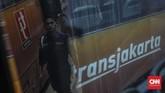 Dengan salah satunya optimalisasi bus Transjakarta, Pemerintah Provinsi (Pemprov) DKI Jakarta menargetkan pengguna transportasi umum pada 2022 meningkat menjadi 30 persen.CNN Indonesia/Bisma Septalisma