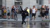 Para aktivis antiglobalisasi hingga separatis Basque beraksi menolak pertemuan G7 sehingga mengakibatkan bentrok dengan aparat keamanan. (REUTERS/Sergio Perez)