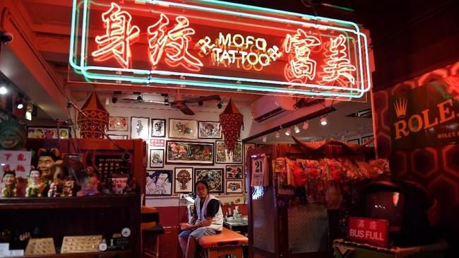 Beragam cara dilakukan para demonstran untuk mendukung Hong Kong dan menolak rencana ekstradisi dari China. Kini, melalui tato. (Lillian SUWANRUMPHA / AFP)