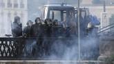 Meriam air hingga gas air mata digunakan untuk menghadapi para pengunjuk rasa yang memprotes pertemuan para pemimpin negara G7 di Bayonne, Prancis. Sejumlah pengunjuk rasa membalas aksi polisi dengan melempar batu ke arah mereka.(AP Photo/Bob Edme)