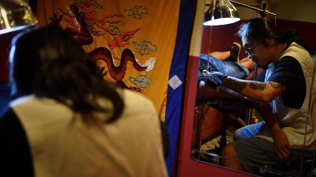 Bukan hanya masker gas, kaligrafi Mandarin juga menjadi pilihan menyuarakan kebebasan yang dimimpikan masyarakat Hong Kong.(Lillian SUWANRUMPHA / AFP)