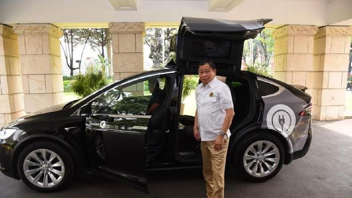 Menteri Energi dan Sumber Daya Mineral (ESDM) Ignasius Jonan akhirnya berkesempatan menjajal armada taksi listrik Tesla Model X, yang diluncurkan oleh Blue Bird.  (Dok.ESDM)