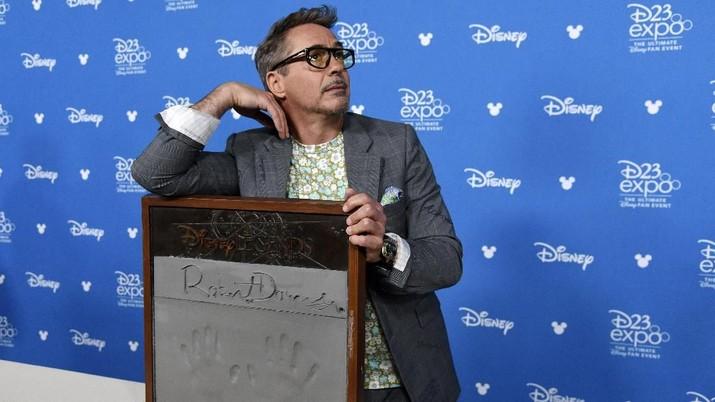 Pensiun dari Iron Man, Robert Downey Jr Jadi Dokter Hewan