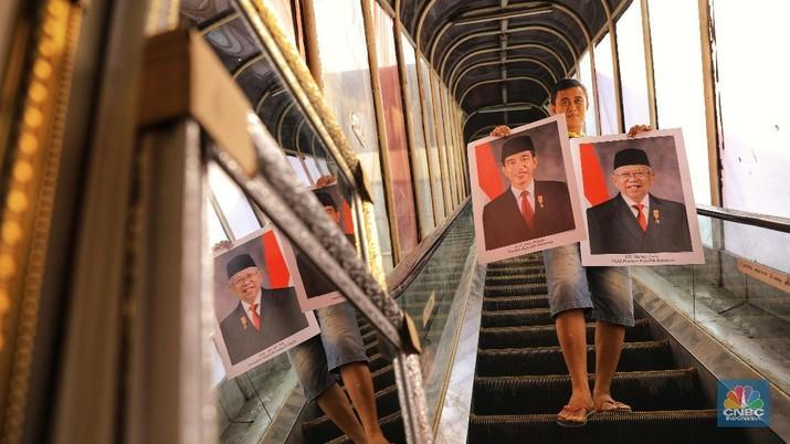 Mendekati pelantikan presiden terpilih pada 20 Oktober mendatang, penjualan poster Jokowi - Ma'ruf Amin meningkat.