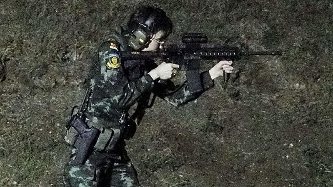 Dalam salah satu foto, Sineenat bersama sang suami kompak mengenakan seragam tentara. (Royal Household Bureau/Handout via REUTERS)