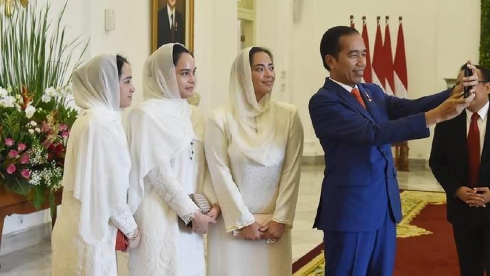 Presiden Jokowi tampak tersenyum lebar saat swafoto dengan 3 putri Malaysia