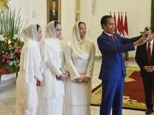 Senyum Lebar Jokowi Saat Selfie dengan 3 Putri Malaysia