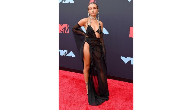 Quin tampaknya bergaya terlalu seksi dengan dress yang terlalu seksi, terlalu banyak cut out dan slit super tinggi. (Jamie McCarthy/Getty Images for MTV/AFP)