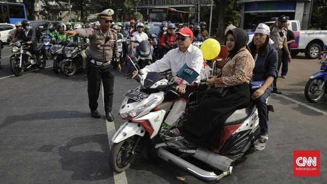 Selain itu peserta pawaimenyuarakan untuk menghapus syarat sehat jasmani dalam rekrutmen tenaga kerja yang merupakan bentuk diskriminasi terhadap penyandang disabilitas. (CNN Indonesia/Adhi Wicaksono)