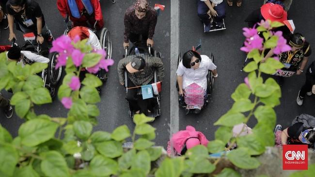 Aksi mereka menyedot perhatian masyarakat Jakarta yang melintasi rute pawai. (CNN Indonesia/Adhi Wicaksono)