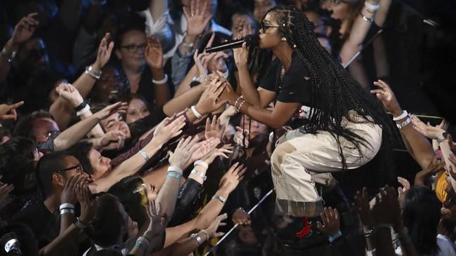 H.E.R. juga tak ingin tertinggal memanaskan panggung MTV VMA 2019. (Matt Sayles/Invision/AP)