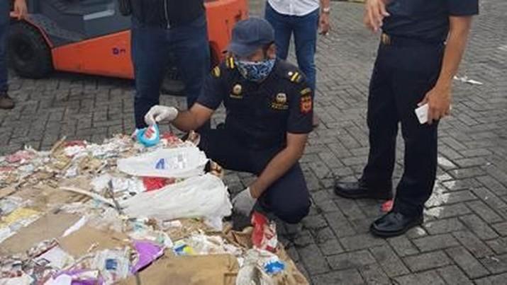 Tiga pelabuhan utama Indonesia ternyata kerap menerima kontainer berisi sampah.