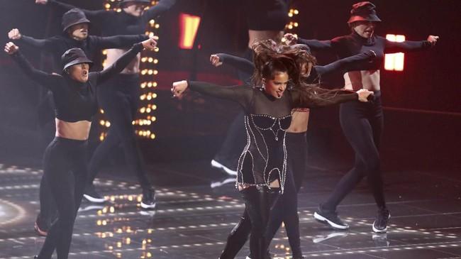 Rosaliajuga tampil di panggung MTV VMA 2019. Tahun ini, Ariana Grande membawa pulang gelar Artist of the Year.(Matt Sayles/Invision/AP)