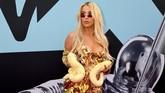 Tana Mongeau mungkin terinspirasi dari Britney Spears dengan baju seksi dan membawa ular berwarna senada dengan busananya. (Dia Dipasupil/Getty Images for MTV/AFP)